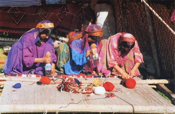 800px-Qashqai_women_weaving_carpet